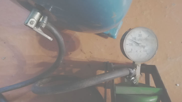 Проверяем давления в гидробаке