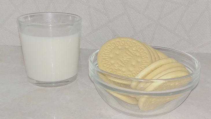 Молоко с печеньем фото
